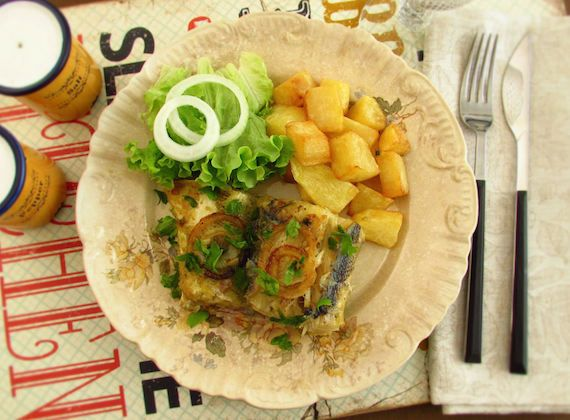Fried cod with onions | Food From Portugal. Delicious cod recipe, very simple to prepare, cod seasoned with pepper, garlics and bay leaf, fried in olive oil and onion, sprinkled with chopped parsley. http://www.foodfromportugal.com/recipe/fried-cod-onions/