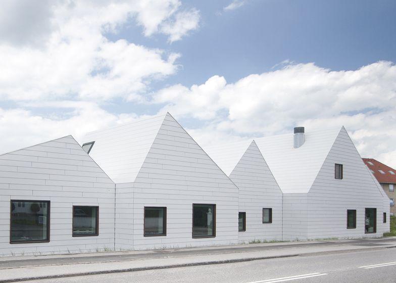 White EQUITONE facade panels on facade and roof Livsrum Cancer - küchenlösungen für kleine küchen