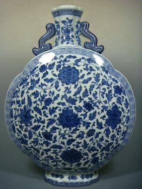 Un azul y blanco porcelana florero