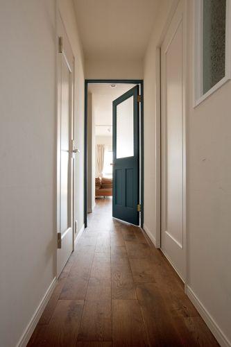 Ldkに続くドアだけブルーに リビング 廊下色使いの参考に フローリング オーク フローリング フローリング リフォーム