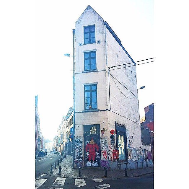 Muscles from… #Ixelles #brussels #brussel #bruxelles #belgium #belgique #belgië #brusselsarchitecture #bxl #instabxl #elsene #bruoftheday #muscles #pencils #tags #graffiti #streetart #taggeurs #crayons #skinnyhouse (at Rue Souveraine, Ixelles)