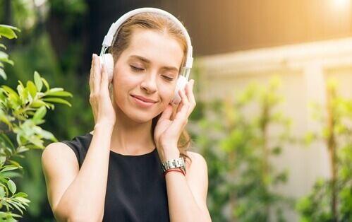 Découvrez les bienfaits des sons binauraux, en quoi ils consistent et ce qu'ils pourraient vous apporter au quotidien pour votre humeur.