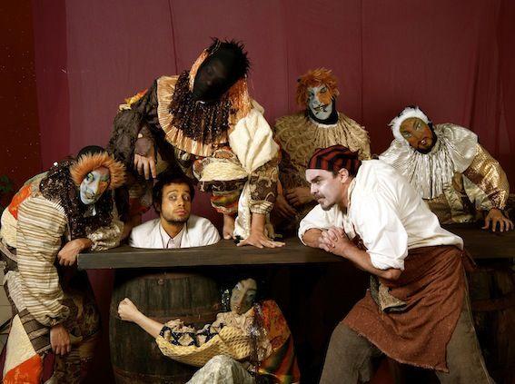 """Um cabaré nordestino decadente, outrora frequentado pela elite local, é onde o espetáculo """"5 Garrafas de Cana e 1 Caju Maduro"""" se passa. A comédia popular musicada estreiano Parque das Ruínas, Santa Teresa, no dia 15 de março e segue até 5 de maio, com ingressos a R$ 20. Inspirada na obra do poeta pernambucano...<br /><a class=""""more-link"""" href=""""https://catracalivre.com.br/rio/agenda/barato/5-garrafas-de-cana-e-1-caju-maduro-estreia-em-santa-teresa/"""">Continue lendo »</a>"""