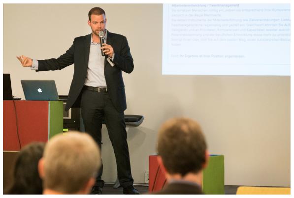 """Auf dem DGFP Kompetenzforum in Berlin wurden konkrete Lösungsansätze für die Praxis vorgestellt. Die Teilnehmer waren die Fach- und Führungskräfte aus dem Personalbereich mit Fokus Change, Digitalisierung und Personalentwicklung trafen sich zum Erfahrungsaustausch. Philipp-Stephan Pütter von Coaching Cosmos GmbH, hat zum Zukunftsthema """"Wie verändert sich die HR-Welt durch digitale Technologien?"""" den Expertenvortrag mit dem Fokus auf Online-Selbstcoaching gehalten."""