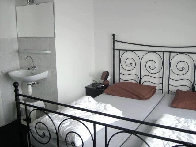 Slaapkamer Met 2 Eenpersoonsbedden.Stalen 2 Persoonsbed Met 2 Eenpersoonsbedden Slaapkamer Met