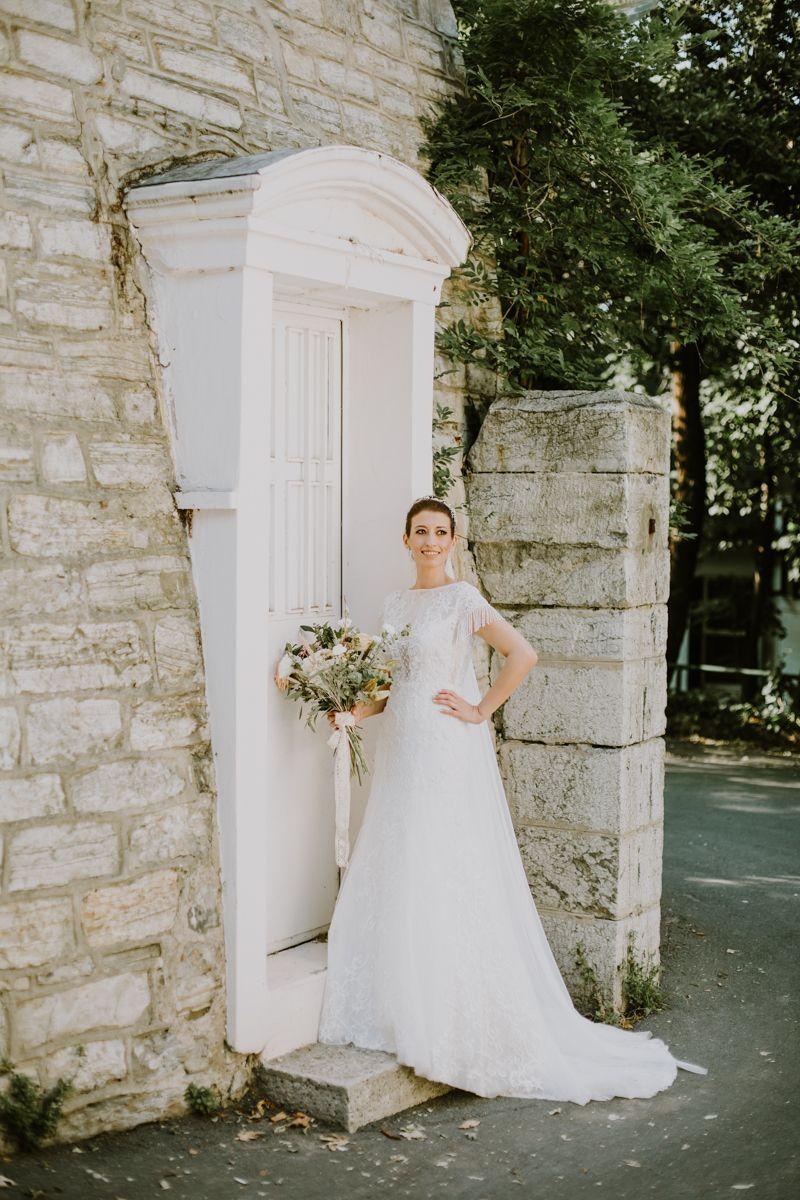 Boho Themed Bride And Groom Wedding Belgesel Dugun Fotograflari Bogazici Kennedy Lodge Dugun Fotograflari Dugun Hikayes Wedding Photos Wedding Wedding Dresses