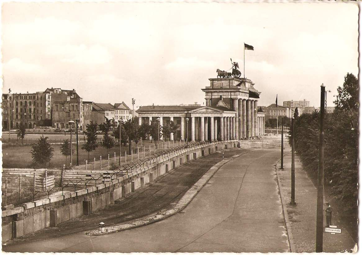 brandenburg gate with the berlin wall and the adlon hotel on berlin wall id=29958