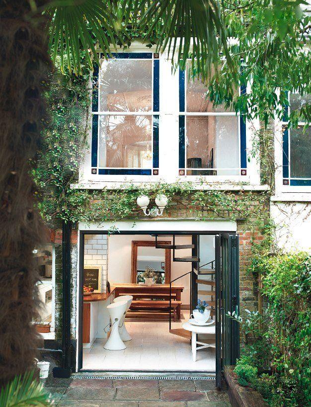 DIREKTE INNGANG til kjøkken, med dører som åpner en større del av veggen. Grønt på veggen er også nydelig.
