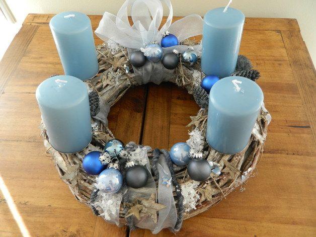 edler adventskranz in blau grau christmas. Black Bedroom Furniture Sets. Home Design Ideas
