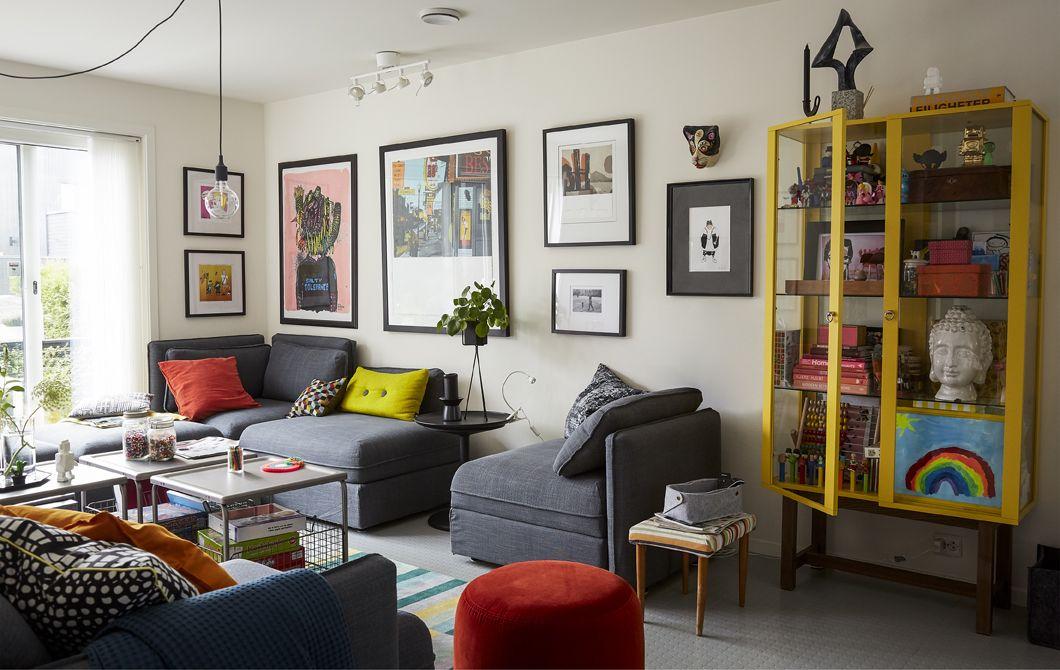 Un soggiorno con un divano grigio componibile e cuscini colorati ...