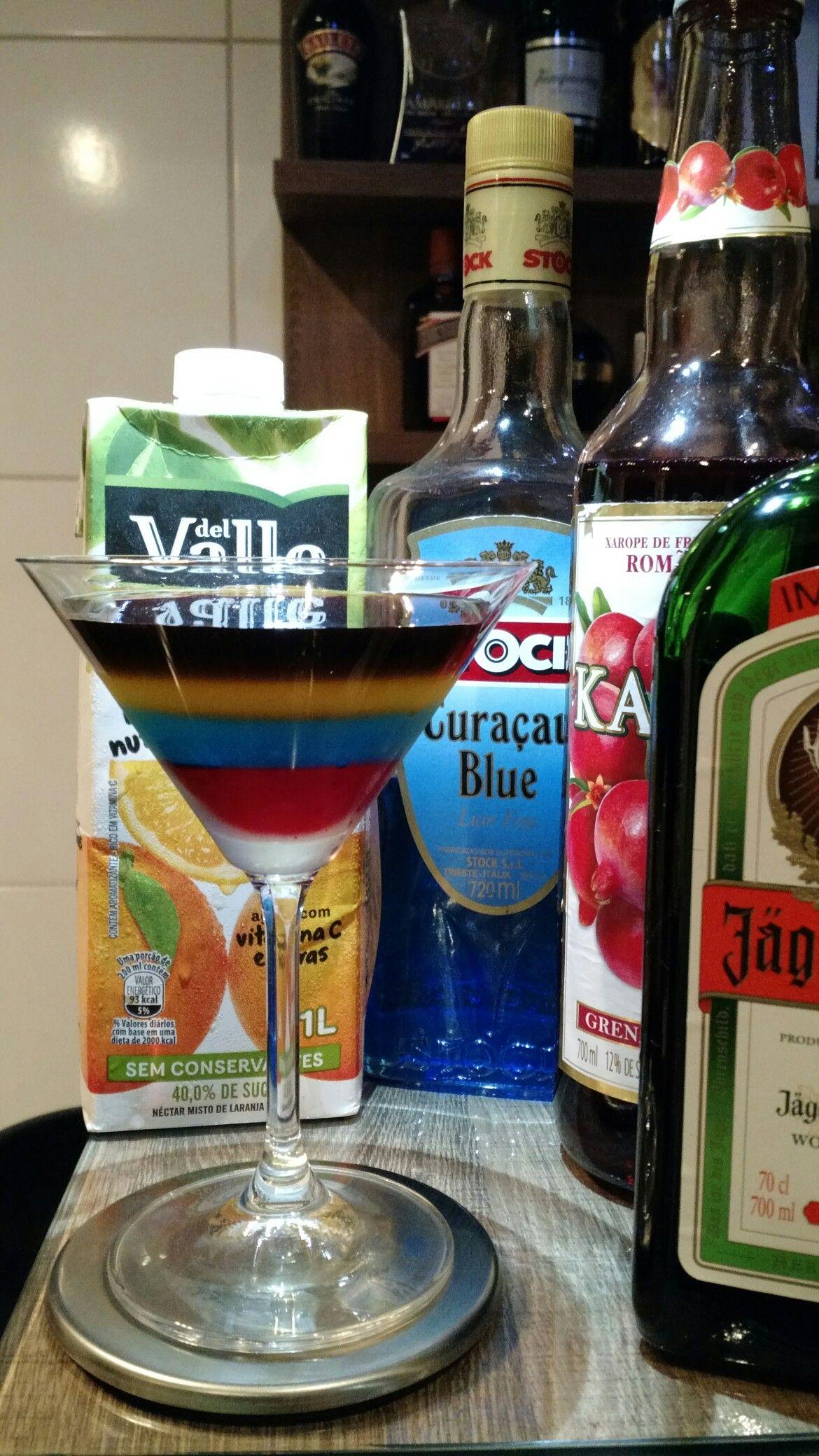* MEISTER ON MARS * - 45 ml. Licor JÄGERMEISTER® - 30 ml. Licor Curaçau Blue - 30 ml. Suco de Laranja - 15 ml. Xarope de Grenadine - Coloque o suco de laranja em uma taça Martini. - Com a ajuda de uma colher bailarina, coloque bem devagar, o licor curaçau blue pela borda da taça, para que ele chegue até o fundo. - Repita o processo com o xarope de grenadine. - Flutue o licor jägermeister sobre a bebida.