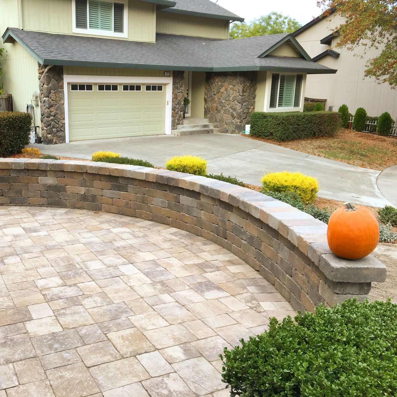 Front Yard With Sitting Area Calstone Quarry Pavers 400 x 300