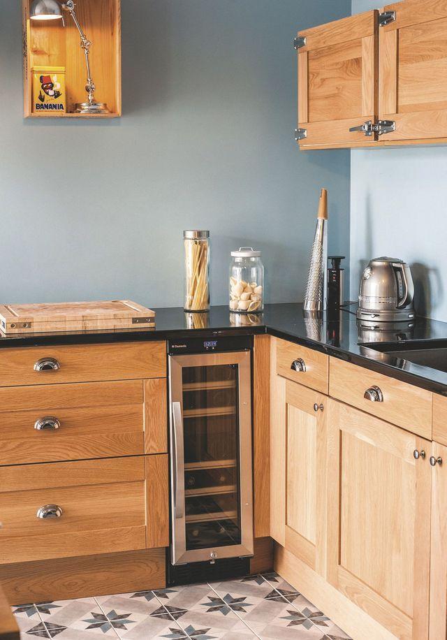 cuisine avec coin repas donnant sur la terrasse meuble bas kitchenaid et bouilloires. Black Bedroom Furniture Sets. Home Design Ideas