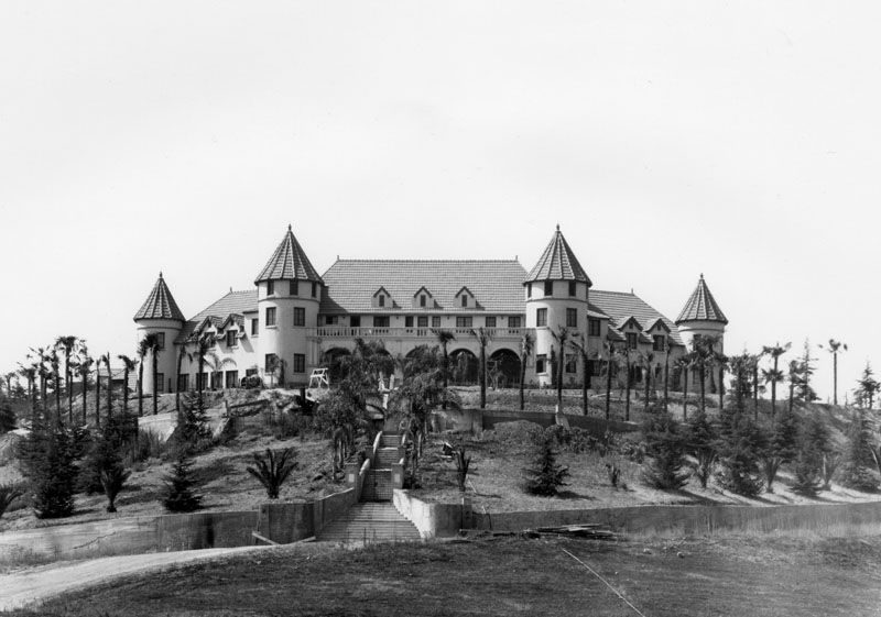 Phil Spector S Pyrenees Castle The Fairytale Castle That Became Home To A Nightmare Castle Fairytale Castle San Gabriel Valley