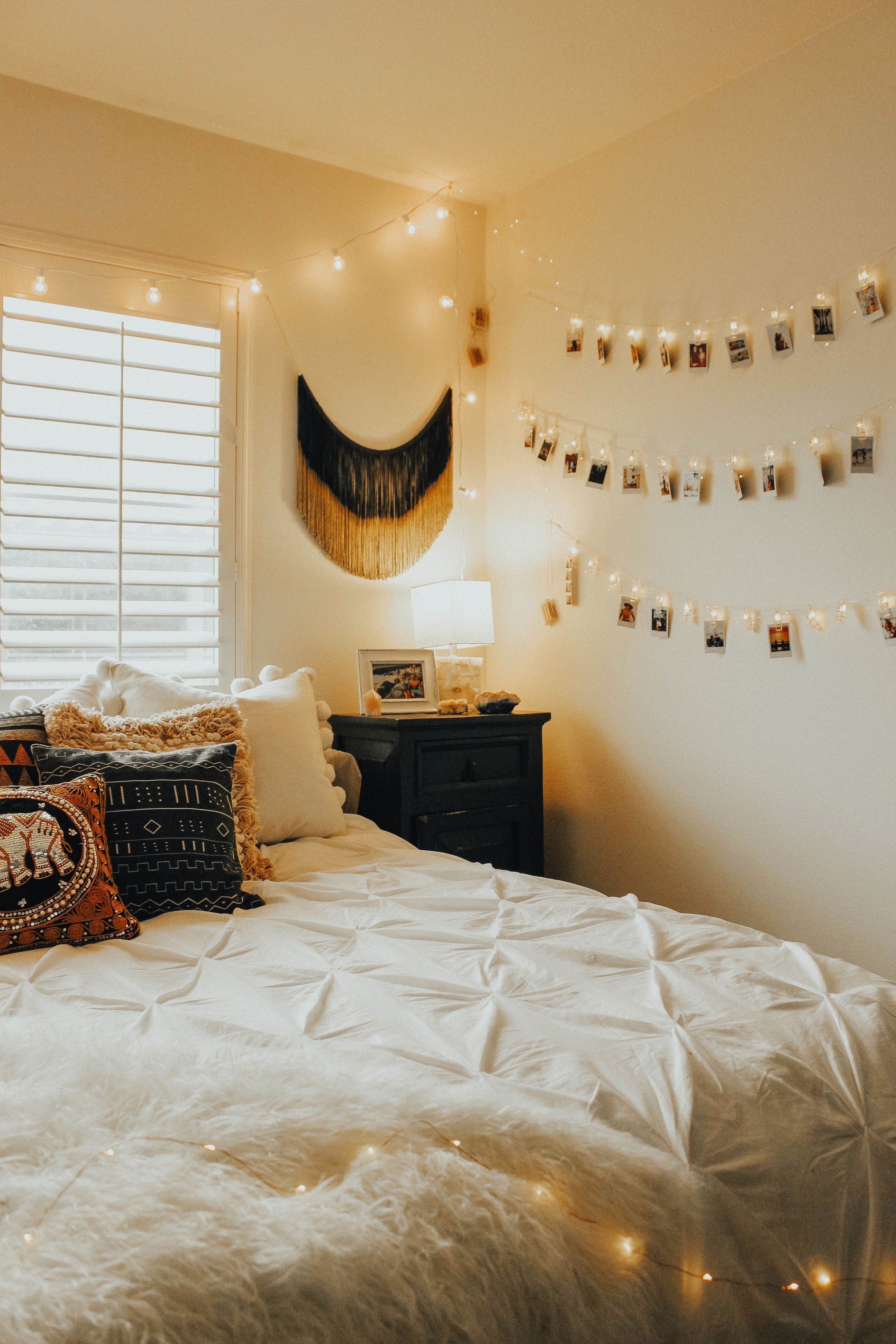 20 Affordable Bedroom Ideas With Christmas Wall Decoration