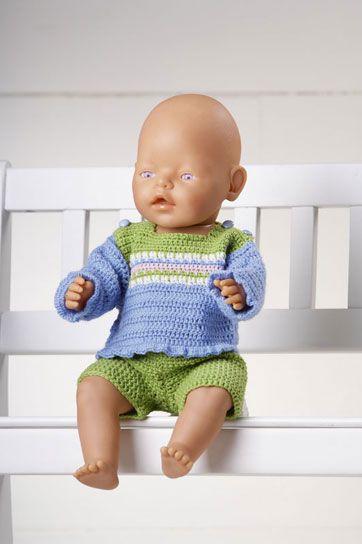 """Dukkens fine bluse og korte bukser er  nemme at hækle. Stribemønstret hækles med """"dybe"""" fastmasker"""