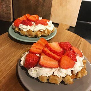Yup, this just happend... suikerwafel met slagroom en aardbeien! Nu tegen het misselijke aan 😂 maar het was lekker 😋