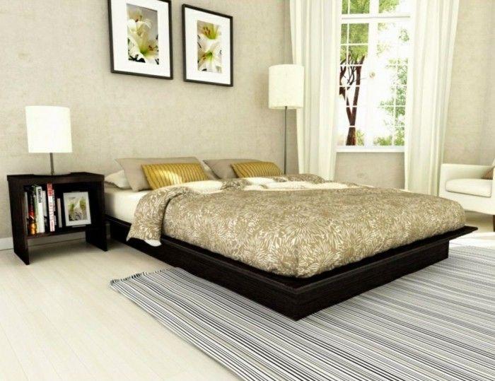 Bett Ohne Kopfteil Dunkles Bett Niedrig Eleganter Streifenteppich