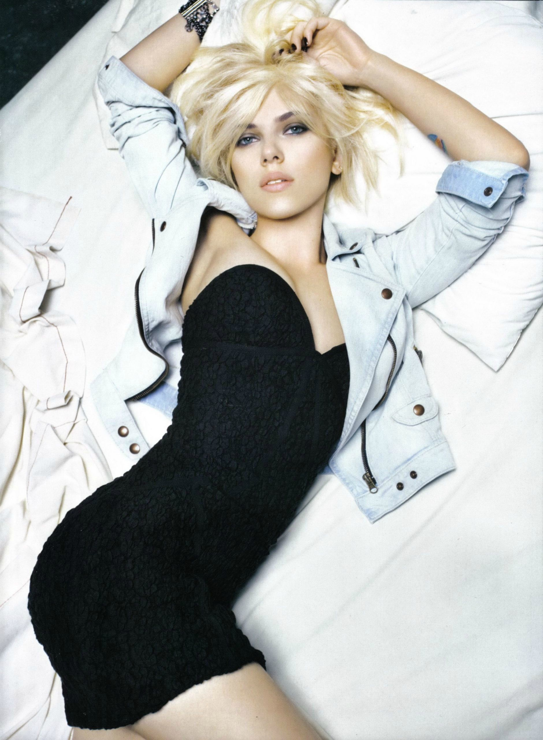 Scarlett strikes a Marilyn, makes me want redlipstick