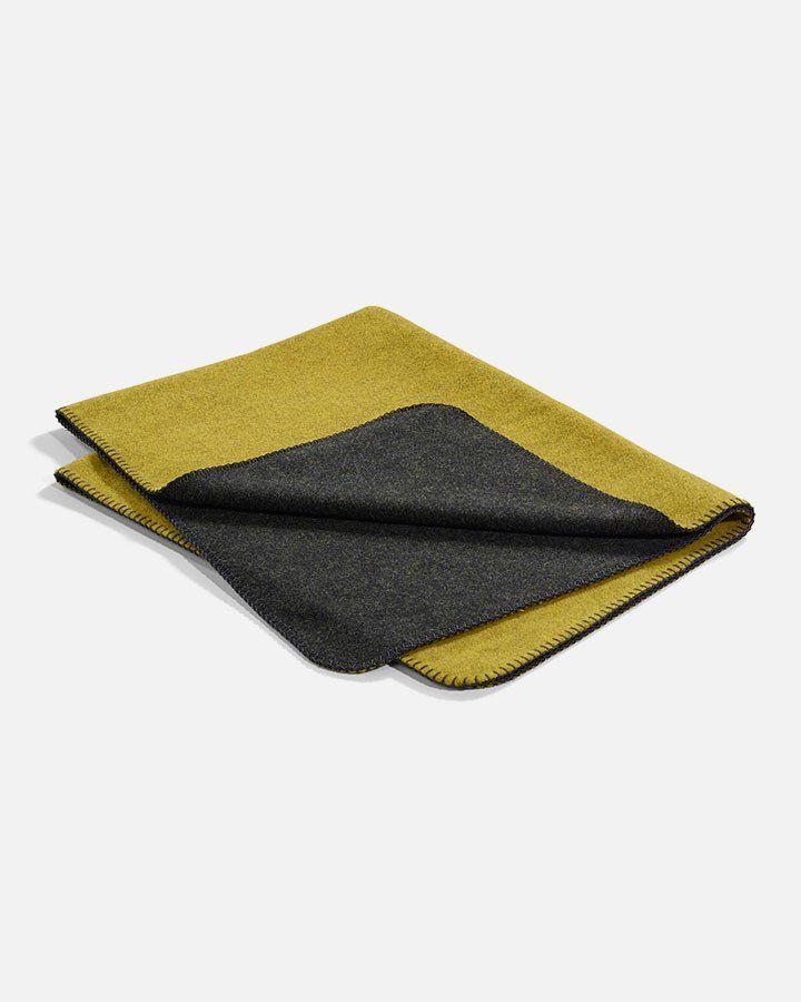 Giv din trofaste ven et dejligt fredfyldt og blødt sted at tage middagsluren med dette designer tæppe fra MiaCara. Fremstillet i 100% ren lammeuld.