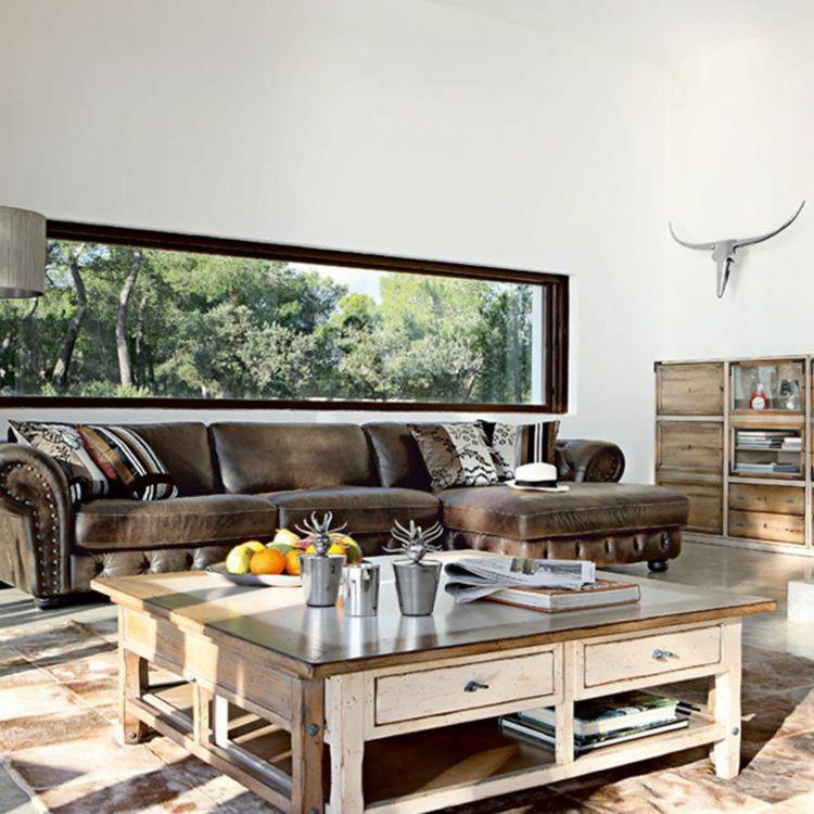 table en bois et canapé en cuir marron dans le salon de style campagne
