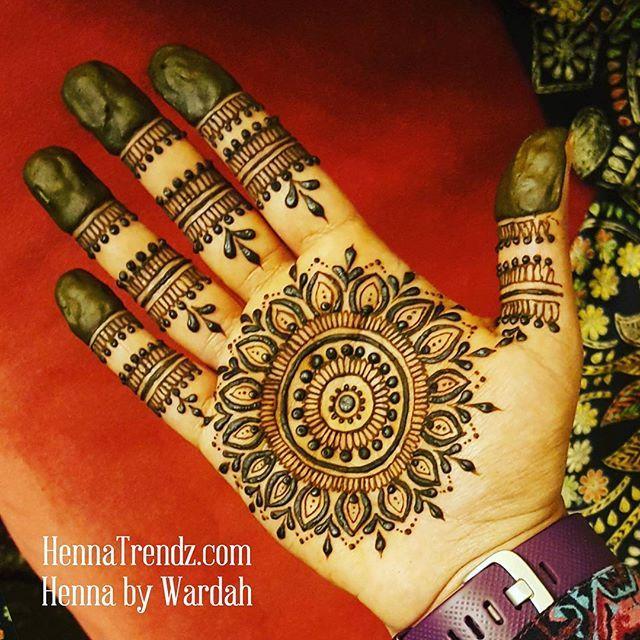 Palm Mandala I M Not A Big Fan Of Doing Henna On My Own Palm I Dislike The Angles And The Twisting I Need To D Henna Palm Henna Tattoo Designs Henna