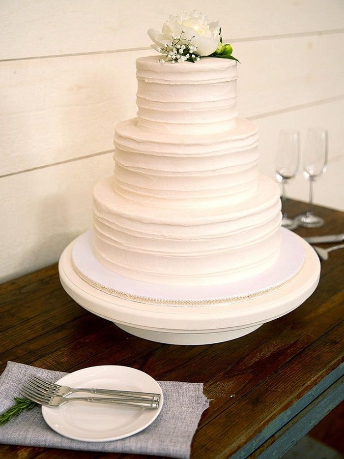 White Wedding Cake | Contemporary white wedding cakes | fabmood.com #weddingcake #wedding #cake #whiteweddingcake #contermporaray #moderncake