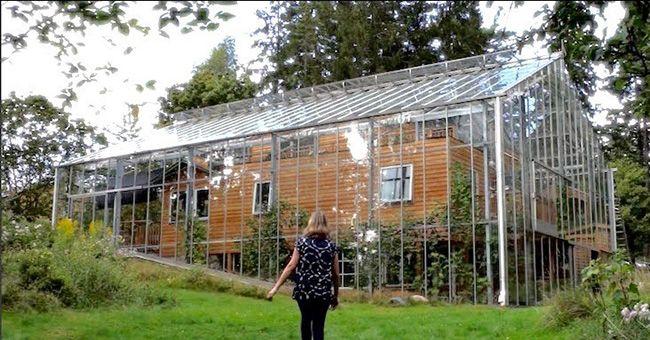 Du pur génie Un couple construit une serre AUTOUR de leur maison