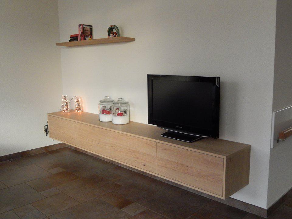 Eiken zwevend TV dressoir met 4 kleppen + wandplank met onzichtbare ophanging  Gemaakt door de