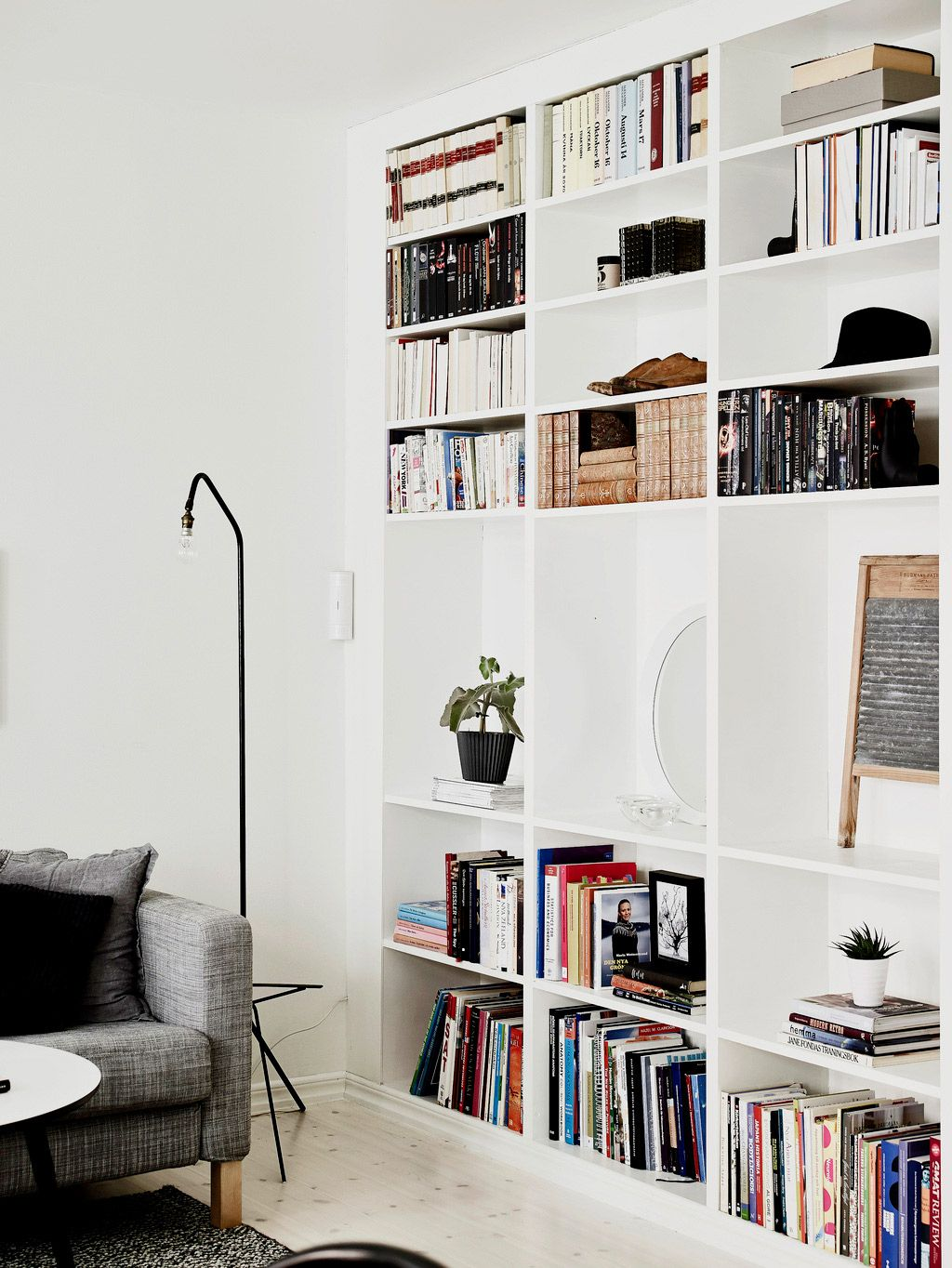 Tour an Eclectic and Cozy Black-and-White Space | White bookshelves ...