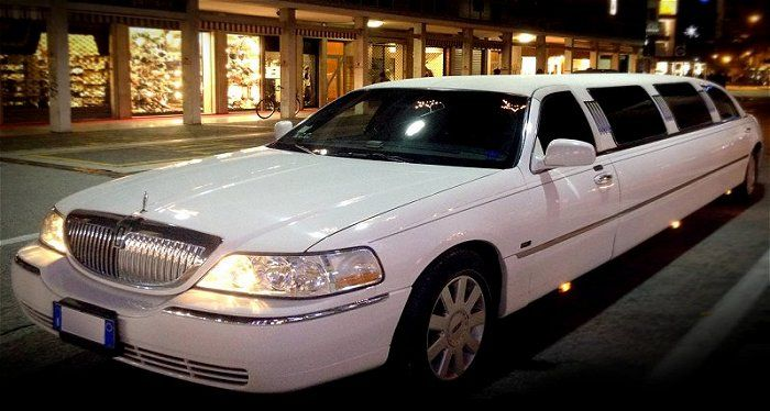 Reserve The Luxury Limo Service In Houston For Airport Transfers At Affordable Fares They Also Offer Chauf Luxury Car Rental Limousine Car Limousine