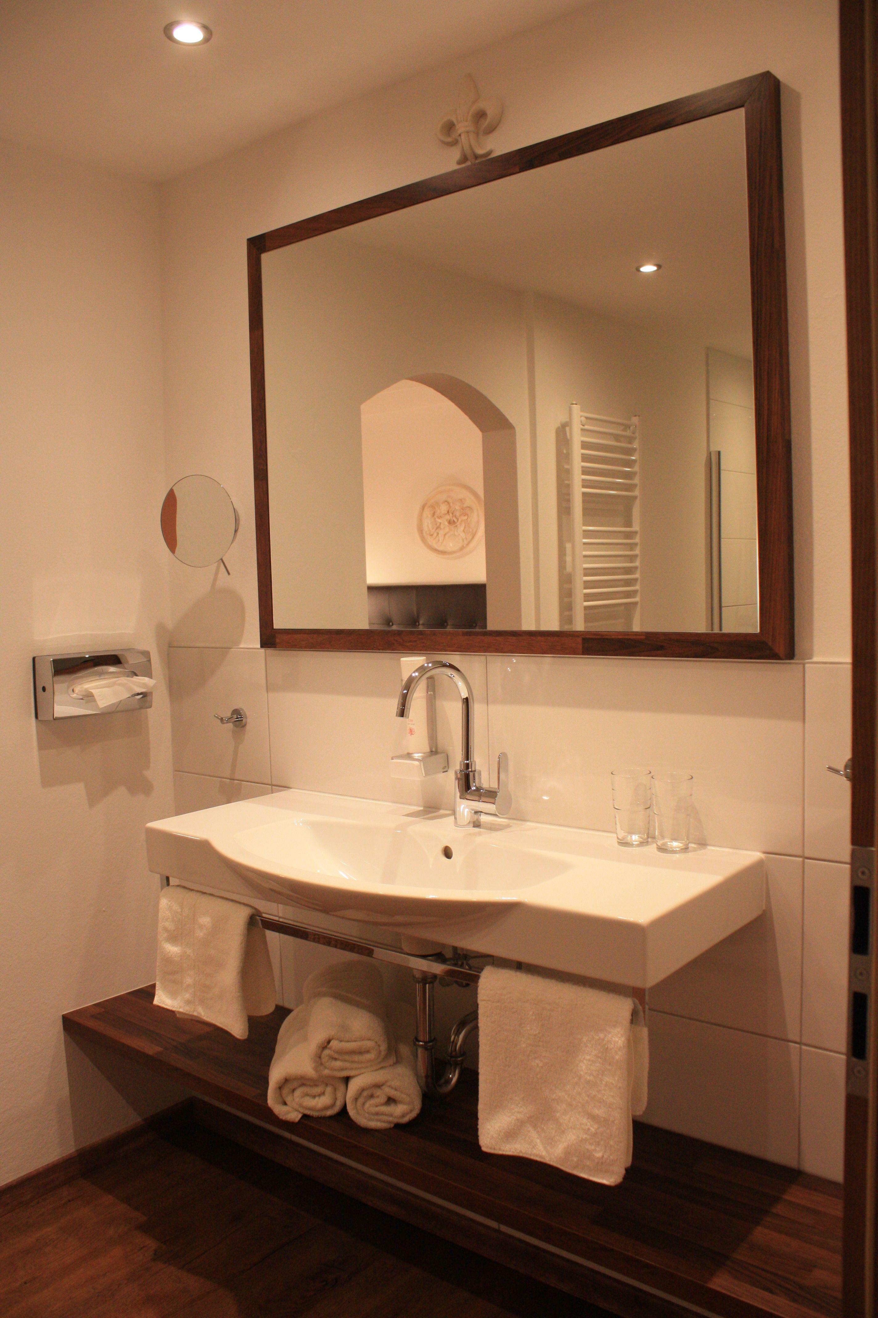 waschtisch mit ablagefl chen und holzunterkonstruktion spiegel mit holzrahmen badezimmer. Black Bedroom Furniture Sets. Home Design Ideas