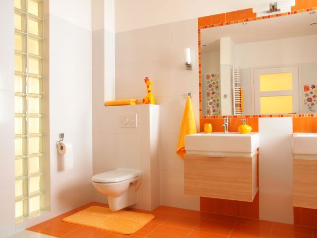 Decoraci n de ba o en color naranja for the home for Decoracion banos homy