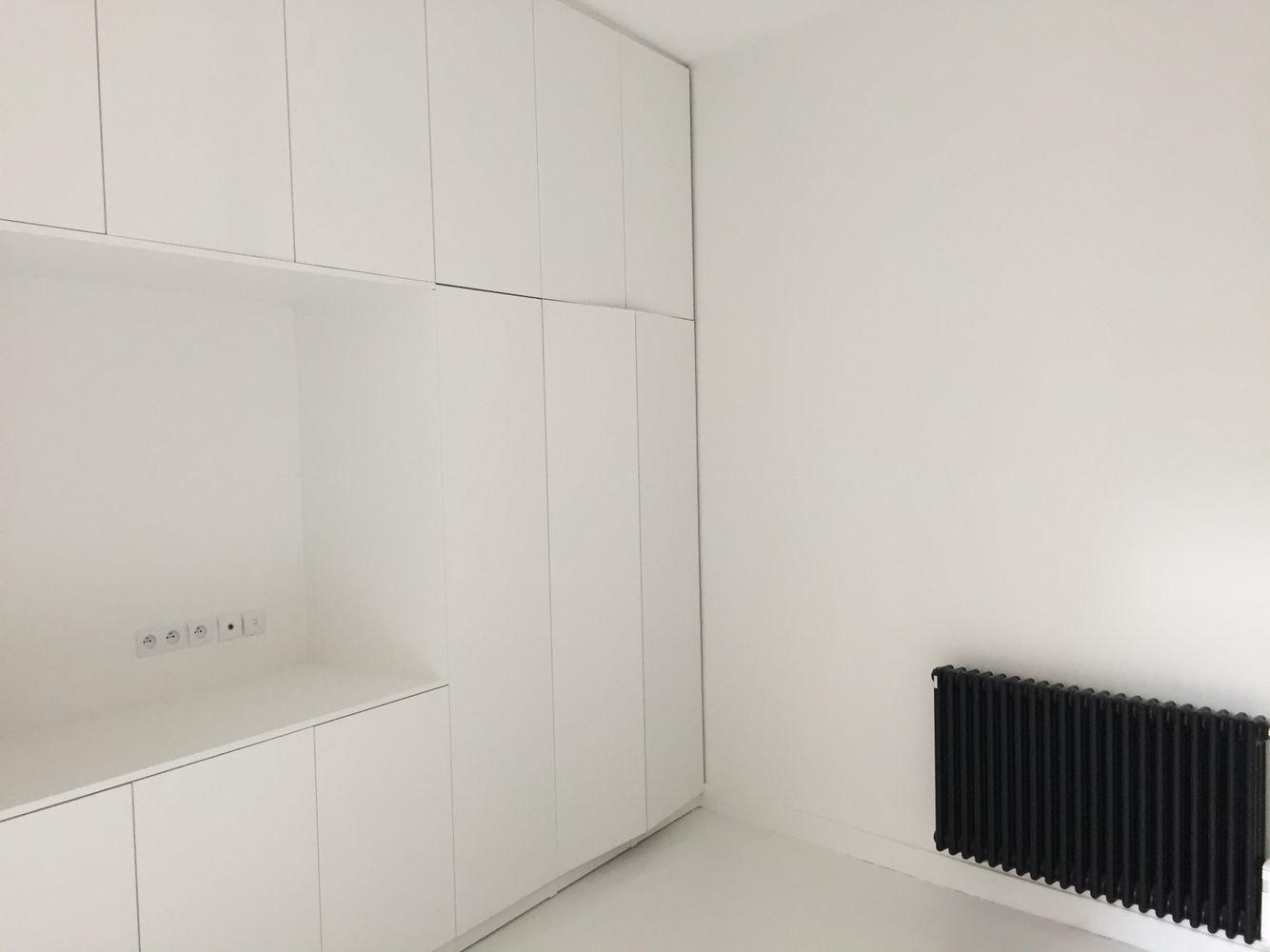 Mur de dressing pour une chambre toute blanche jusqu\'au parquet ...