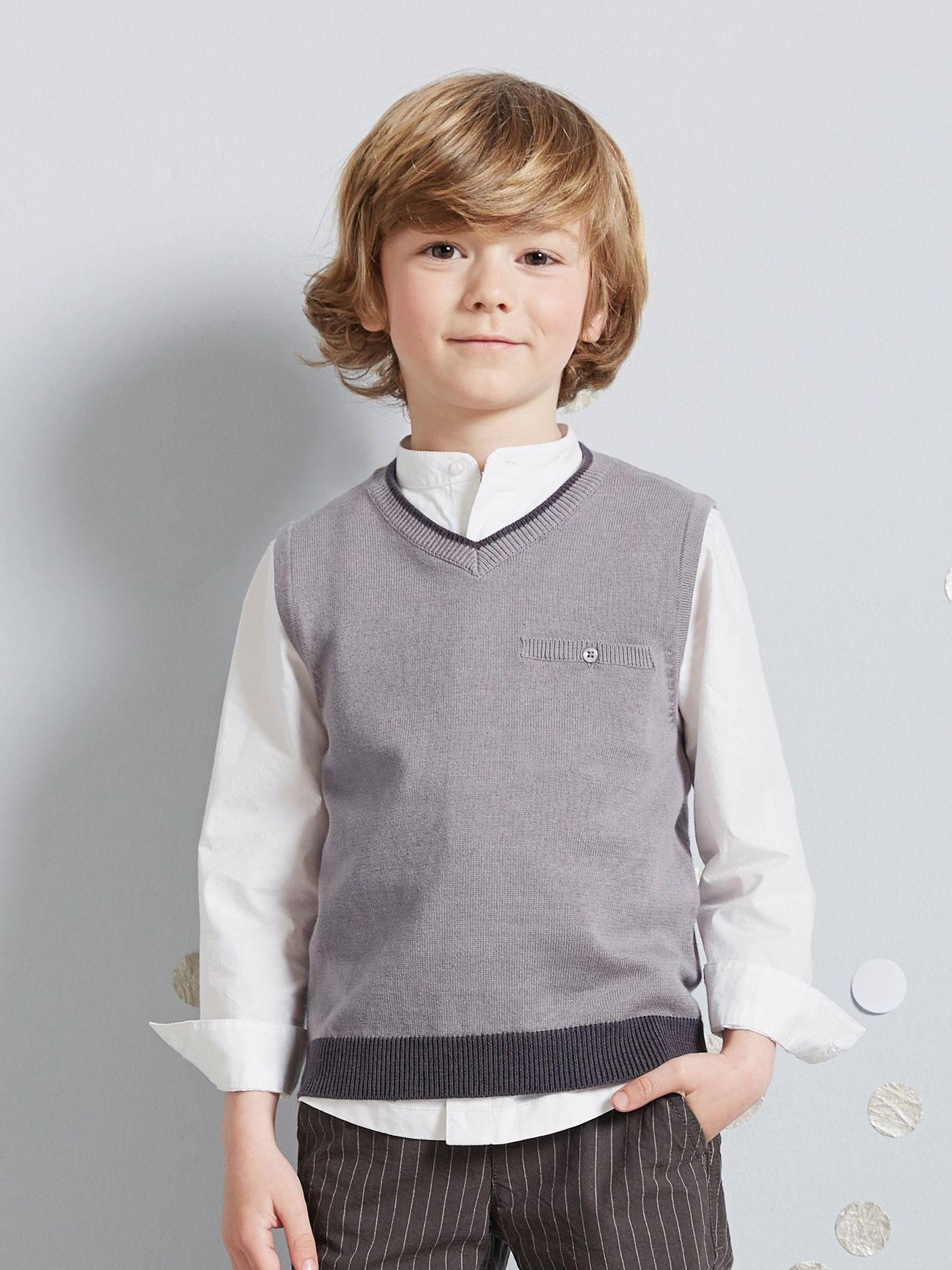 Chaleco adorable sobre una camisa, ¡el cómplice de los niños que quieren estar guapos!