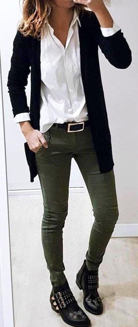 Photo of AGJ weißes Hemd, schwarze Strickjacke und Stiefeletten