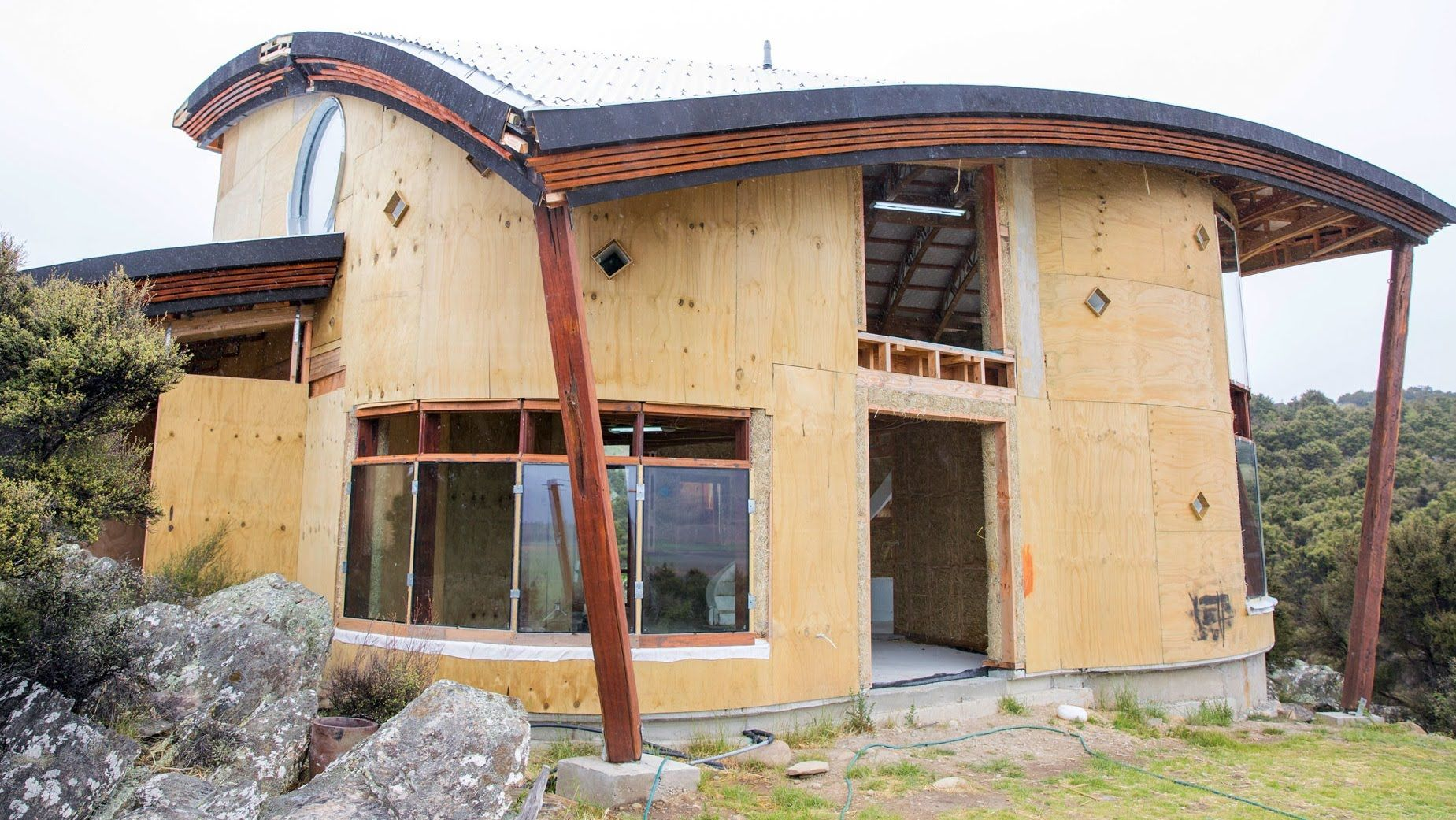 Grand designs new zealand s01e7 straw bale house green for Straw bale home designs