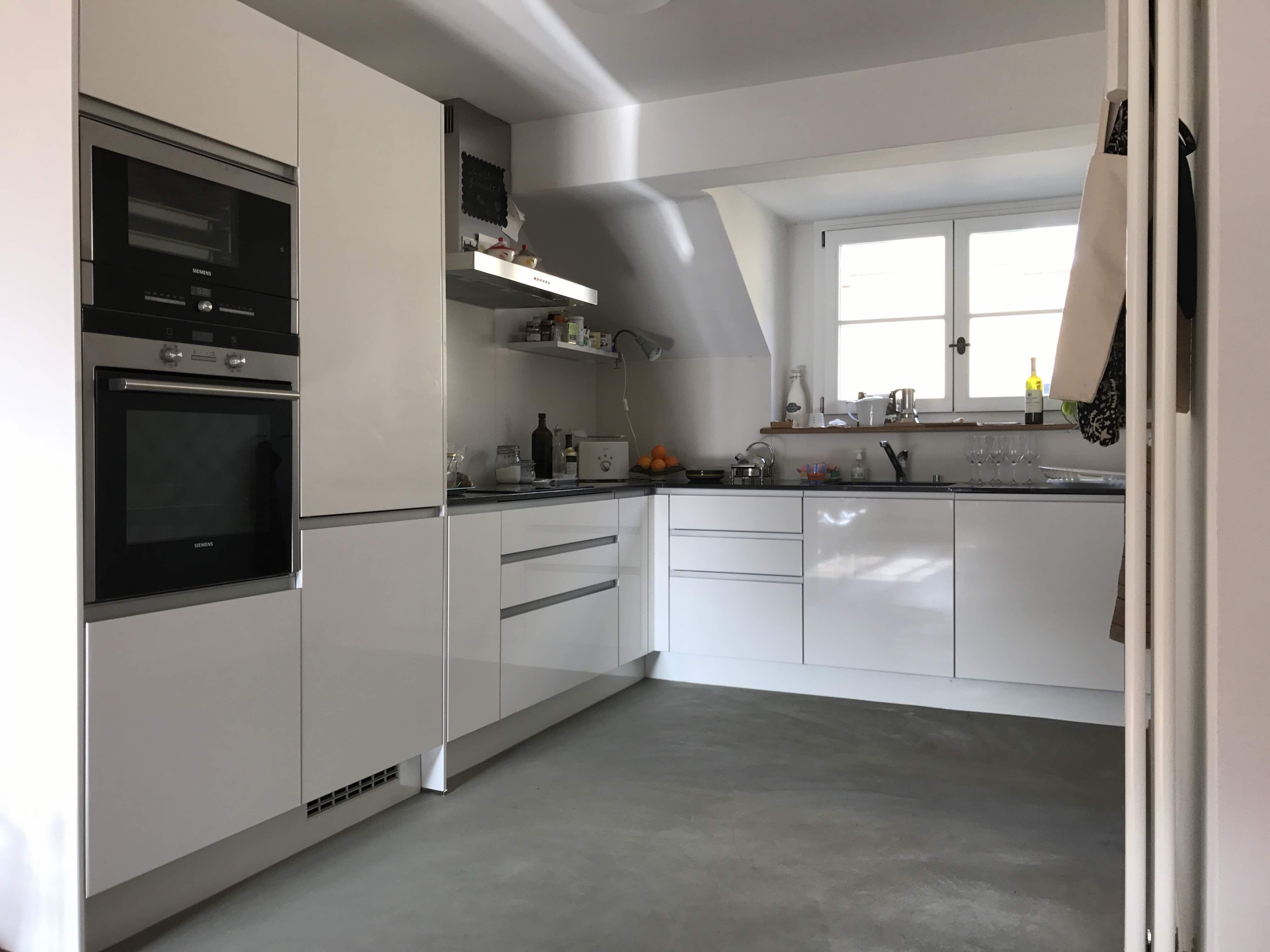 Grosszügige, moderne Wohnküche mit Induktionsherd, Backhofen ...