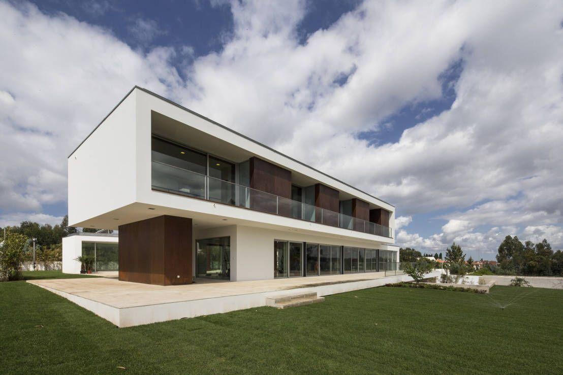 Heute haben wir euch ein echtes Traumhaus aus Portugal mitgebracht. Viel Spaß auf unserem Rundgang durch diese beeindruckende Villa.