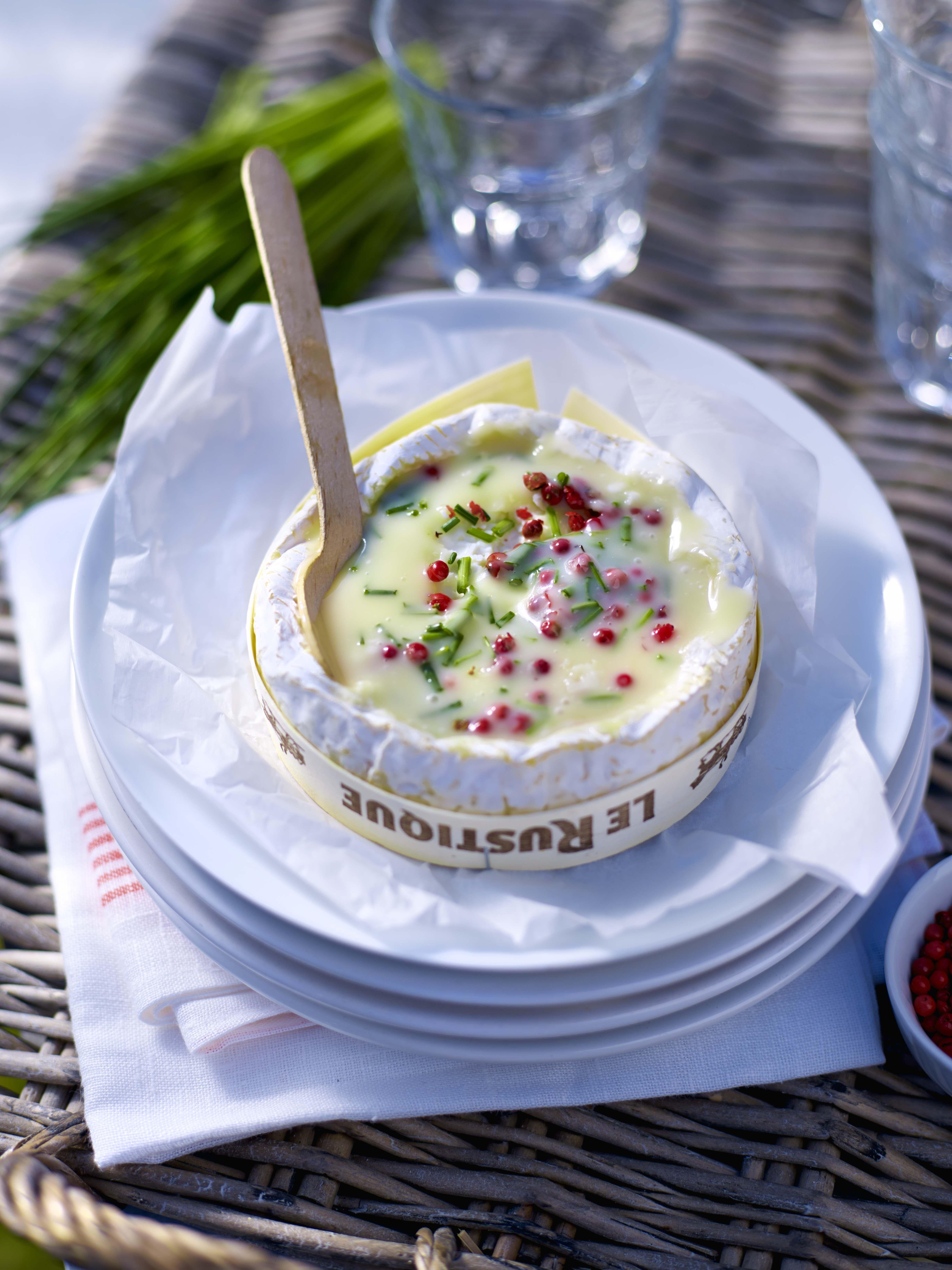 Camembert met basilicum, knoflook en tomaat