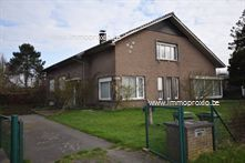 Deze prachtige en zeer ruime open bebouwing is rustig gelegen in een residentiële wijk, en toch nabij de belangrijke invalswegen en Nederland. Op het ...