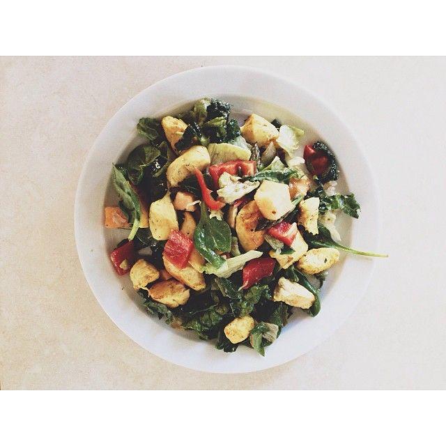 Simpelt, men lækkertॐॐ Friske spinatblade, rød peberfrugt, avokado, honningmelon & karry-kylling vendt i en dressing af olivenolie, balsamico, dijonsennep, salt og peber