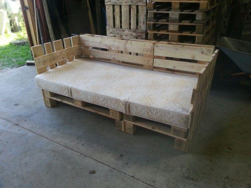 hjemmelavet pallesofa af 6 europaller med hylder til spil eller lign under selve sofaen. Black Bedroom Furniture Sets. Home Design Ideas