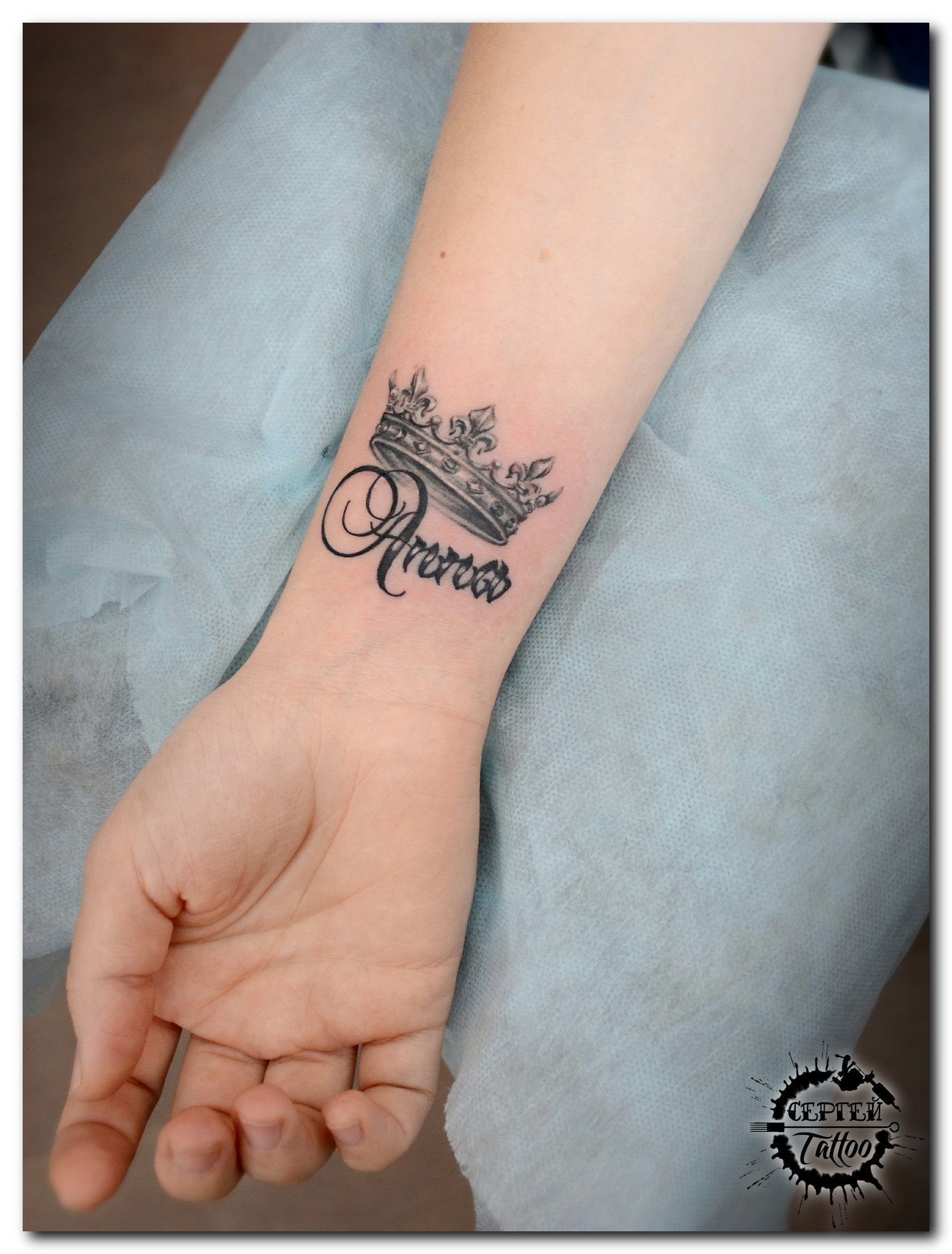 Interesting Name Tattoos And Brilliant Name Tattoo Ideas The Best Tattoo Models Designs Quo Name Tattoos On Wrist Crown Tattoos For Women Crown Tattoo Design