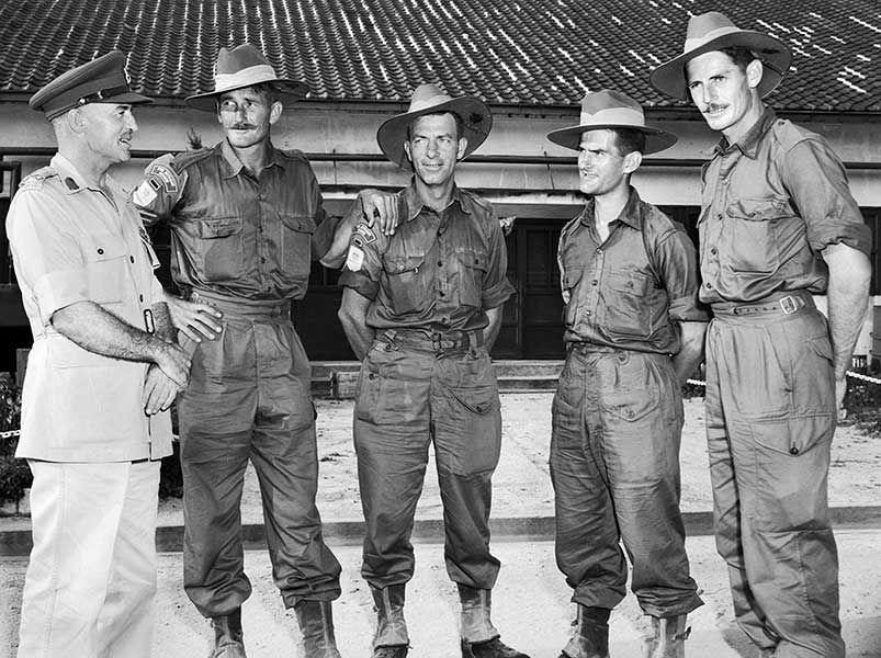 한국 그들의 송환 후 네 호주 전쟁 포로 이야기 히로, 일본 8월 7일 1953 년 준장 RG 폴라드 DSO. 왼쪽에서 오른쪽으로 : 준장 폴라드, 상병 DP 벅, 3 대대, 왕립 호주 연대 (3RAR)를, 개인 VE 오브라이언, 3RAR, 개인 A. 풀, 3RAR 및 개인 R. 파커, 3RAR은. [AWM 148564]