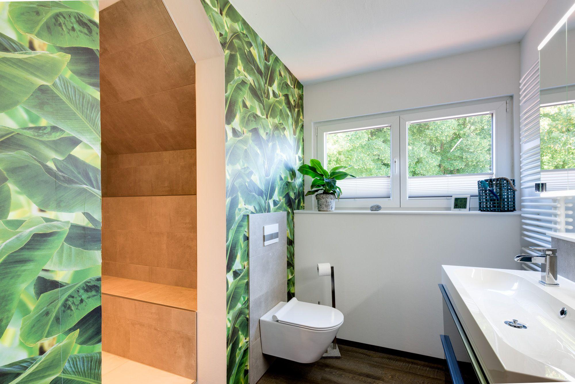 Badezimmer ideen dekor klein pflanzenmotive für lebendiges flair das hängewc wurde vor einem