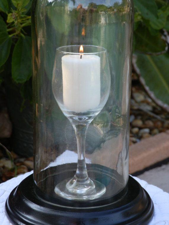 Lámpara de huracán de arte hermosa botella de vino Botella cristal vino 1.5 litros. Mano cortada y meticulosamente pulida a un borde super suave. Este huracán tiene una copa de vino mini perfectamente que sostiene una vela votiva. Guardamos esto neutral que puede ser utilizado con cualquier