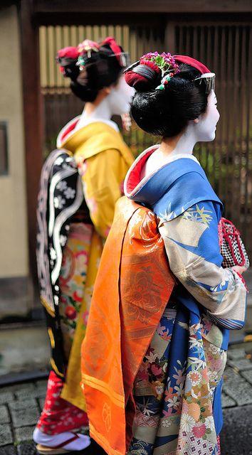 Le kimono est noué dans le dos par une large ceinture de soie, nommée obi, qui  se noue différemment selon l âge   les femmes mûres le portent en « nœud de  ... cd54c448f72