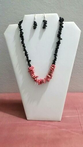 Collar hecho con coral y bits negros by. Michelle Nieves