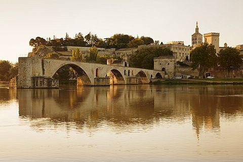 Bridge St. Benezet over Rhone River with Notre Dame des Doms Cathedral and Papal Palace, UNESCO World Heritage Site, Avignon, Vaucluse, Provence, Provence-Alpes-Cote d'Azur, southern France, France, Europe